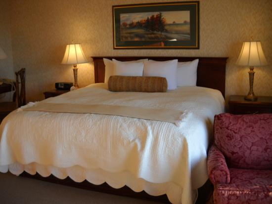 Fairhaven Village Inn: Comfortable Pillow Top Bed