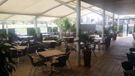 The Rocky Glen Hotel Motel Bistro: Outside dinning area