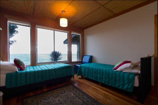 Days Bay Homestay: Foredeck in single bed arrangement