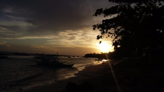 Alona Tropical Beach Resort: Amazing sunsets