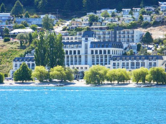 Rydges Lakeland Resort Hotel Queenstown: Front of hotel viewed from across the lake