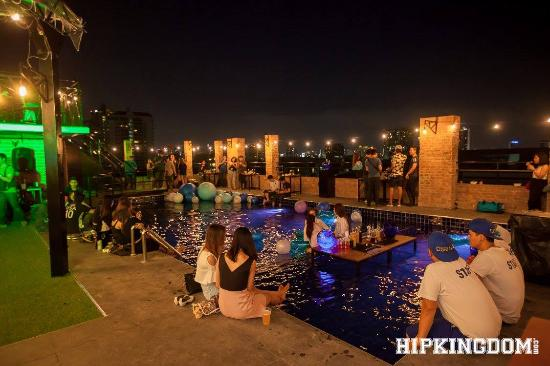 Paradise Sukhumvit: 722 CRAFT Experience - Rooftop Poolside Bar/Restaurant