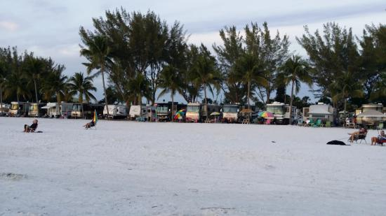 Red Coconut RV Park: Beach 10 minute walk thur traffic.
