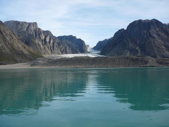 Kangerlussuaq, Groenlandia: A small glacier pushes stone and gravel into the fjord