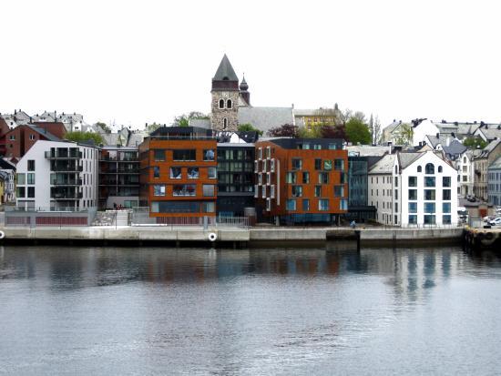 Quality Hotel Waterfront Alesund: Aanzicht hotel vanaf het water