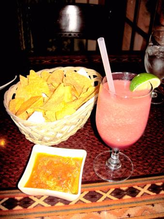 Strawberry Margarita, chips & Salsa at Jalapeno's (08/Dec/15).