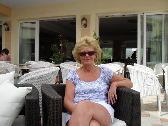 Zante Maris Hotel: relaxing outside restaurant