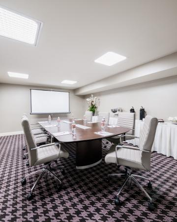 Commerce, Καλιφόρνια: In our executive boardroom, corporate meetings are our specialty