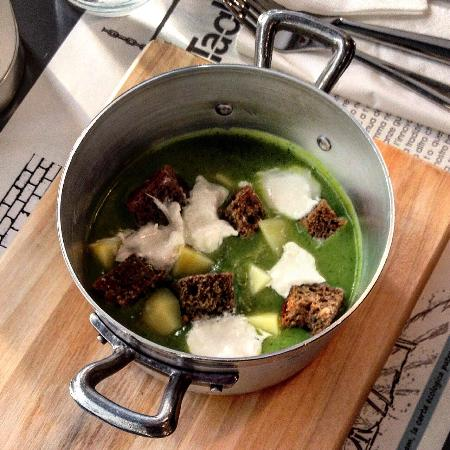 i tagliati: Vellutata di broccoli con patate burrata e crostini di pane ai sette cereali