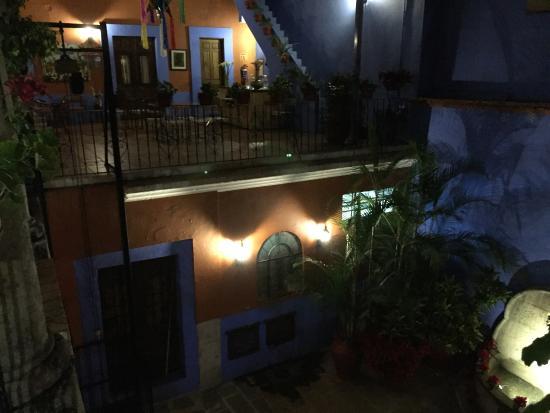 Casa de Siete Balcones: Interior at night