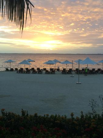 Crimson Resort and Spa, Mactan: ビーチから見た朝焼け