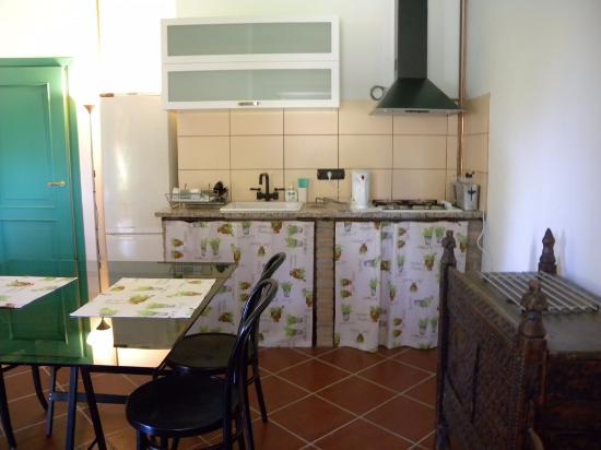 Moasca, İtalya: EAST apart. kitchen