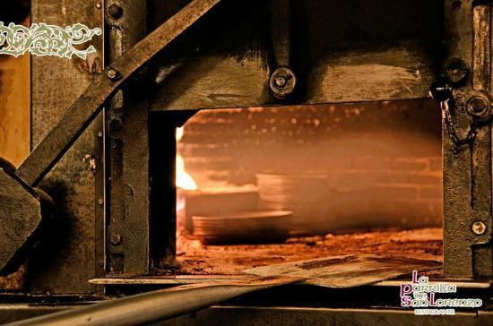 La Parrilla de San Lorenzo: Lechazo de la mejor calidad asado en horno de leña al estilo tradicional