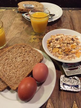 St Christophers Bauhaus: Desayuno cereal, huevos, panes, jugos, leche, café, etc.