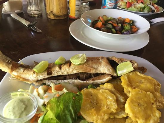 Playa Venao, Panama: Whole fried fish with patacones & side of veggies