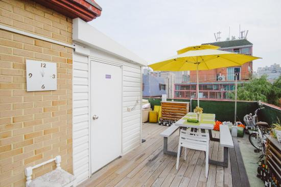 Urbanwood Guesthouse: Rooftop Lounge and garden