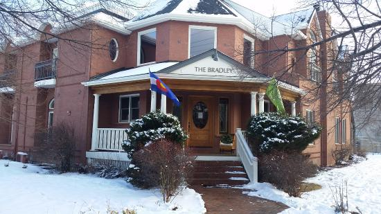 The Bradley Boulder Inn: Street View, very inviting.  But note, entrance is around back.
