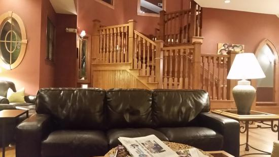 The Bradley Boulder Inn: Fabulous stair case.  View from Great Room/fireplace