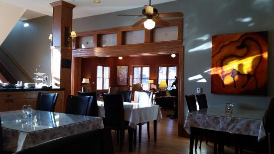 The Bradley Boulder Inn: Wonderful space for breakfast.  Bright and friendly, joyful artwork