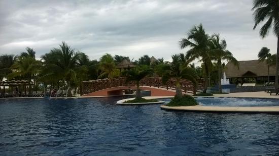 Barcelo Maya Tropical: Alberca con bar