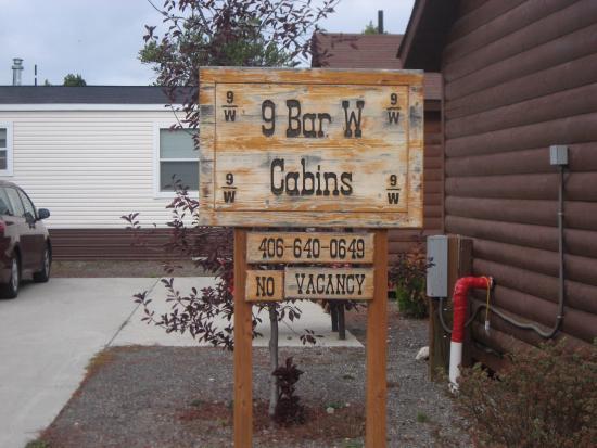 9 Bar W Cabins: Вывеска кемпинга