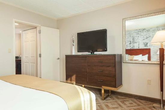 Plymouth Meeting, PA: Suites room with TV