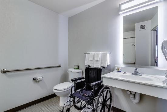 Accessible Bathroom Picture of Motel 6 Saskatoon Saskatoon – Accessible Bathroom