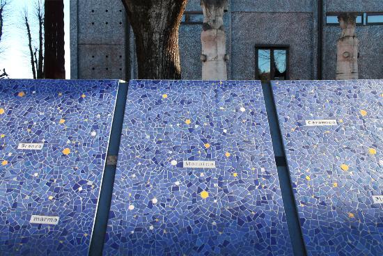 MAGI900 La recinzione, opera di Marco Pellizzola all'ingresso del musep