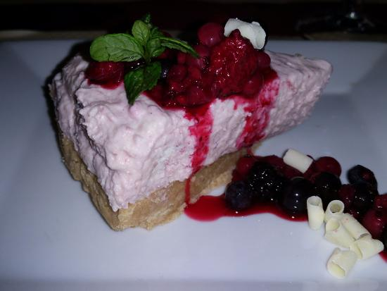 La Foret-Auvray, Frankrijk: Red fruit shortbread base cheesecake - OUT OF THIS WORLD SCRUMMY