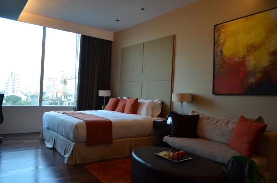 Pan Pacific Serviced Suites Bangkok: The bed and small sofa
