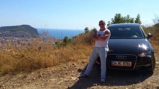 Justiniano Club Alanya: Прокат авто и на заднем плане побережье