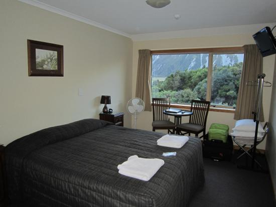 Aoraki Mount Cook Alpine Lodge: room