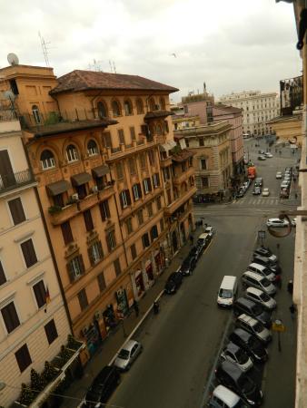 Hotel Giorgina: odamızdan caddenin görüntüsü