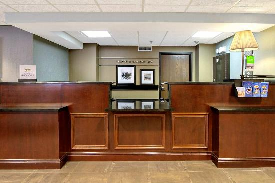 Hampton Inn Traverse City: Front Desk