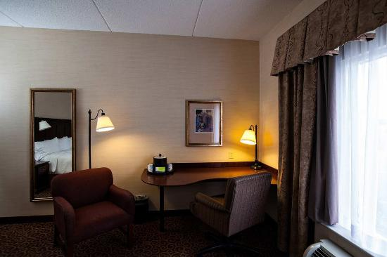 Napanee, Kanada: Guest room seating area