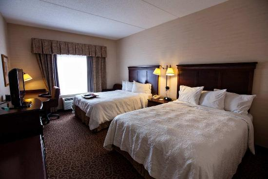 Napanee, Kanada: Hampton Inn guest bedroom