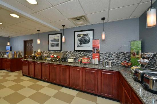 Hampton Inn East Aurora : Breakfast Area
