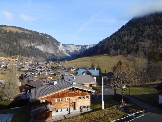 Chalet Hotel La Chaumiere: Morzine from our room
