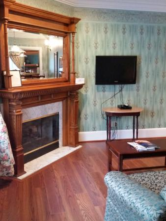 Mountain Brook Suites: Gas burning fireplace