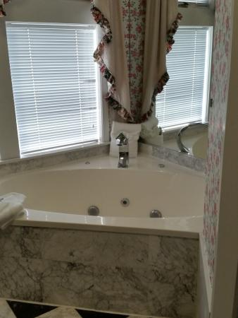 Mountain Brook Suites: Jacuzzi