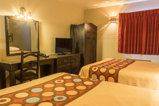 Super 8 Taos: 2 queens room