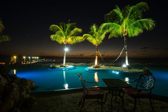 Caribe Tesoro: A peaceful evening by the pool