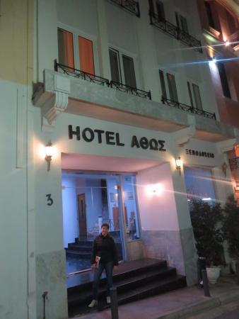"""La entrada. Donde nunca dice """"Athos Hotel"""". Increíble"""