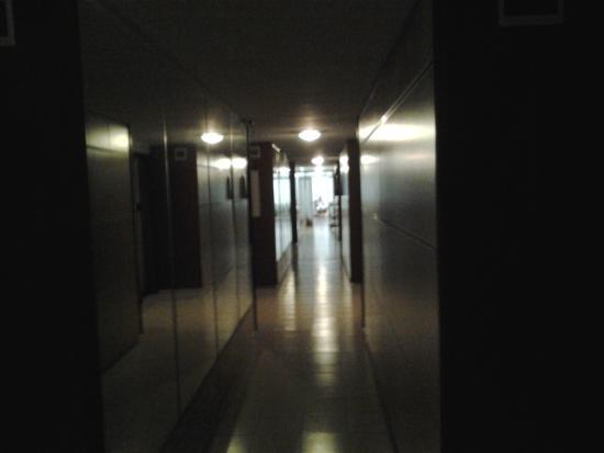 Hotel del Country: Corredor bastante oscuro.