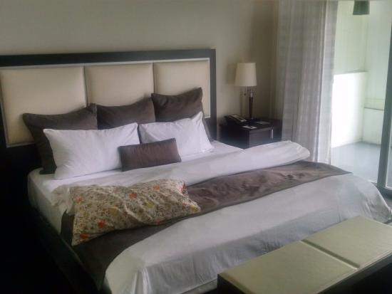 Provident Doral at The Blue Miami: Comfy king; careful of the frame corners! I put pillows there