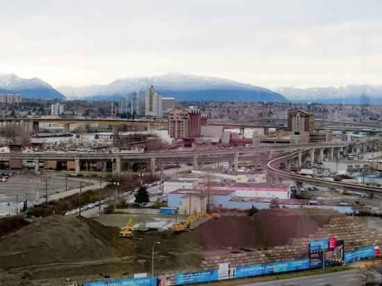 Westin Wall Centre Vancouver Airport: Mountain View