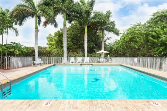 Days Inn Fort Lauderdale-Oakland Park Airport North: Year Round Outdoor Pool