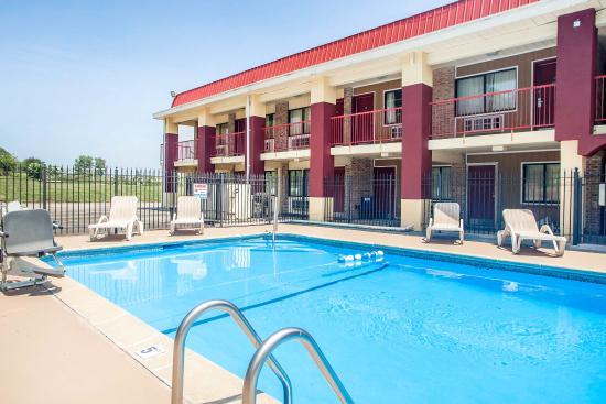 Kearney, MO: Pool
