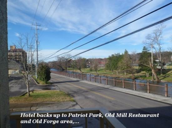 Colonial House Motel: The lovely street behind this hotel that takes you to the Old Mill Village!