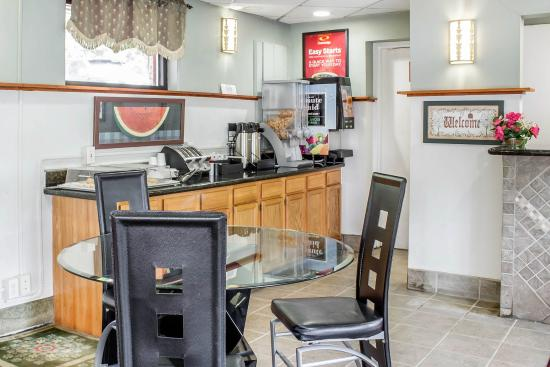 Econo Lodge Clarks Summit: Breakfast area